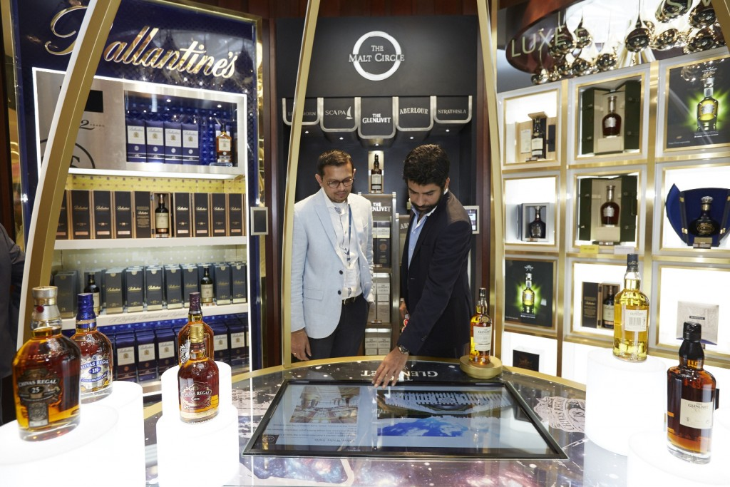 Karthik-Pernod-experiencing-the-interactive-zone-at-the-Luxe-Boutique