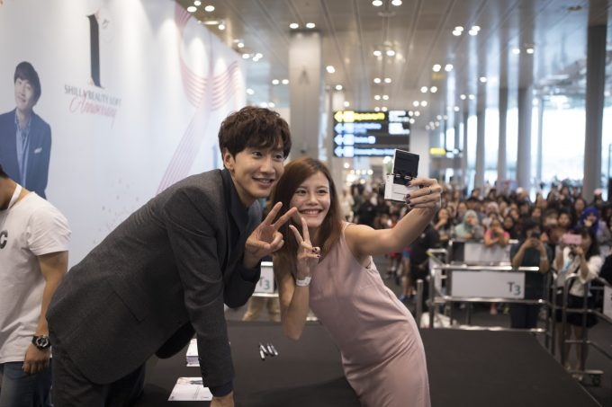 Lee Kwang Soo thrills Singapore fans at Shilla Beauty Loft's anniversary party