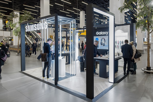 Samsung showcases latest innovations to flyers at Amsterdam Schiphol